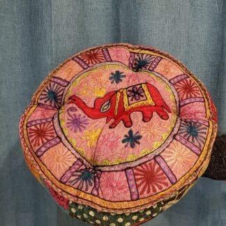 Coussin méditation - éléphant rouge sur rose