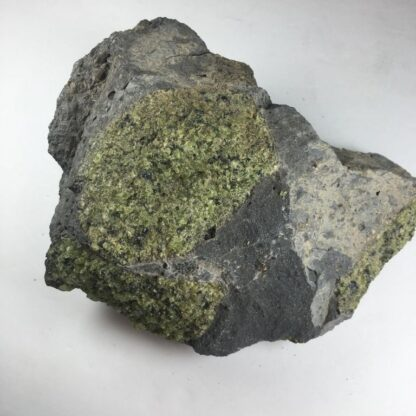 Péridot sur matrice de basalte